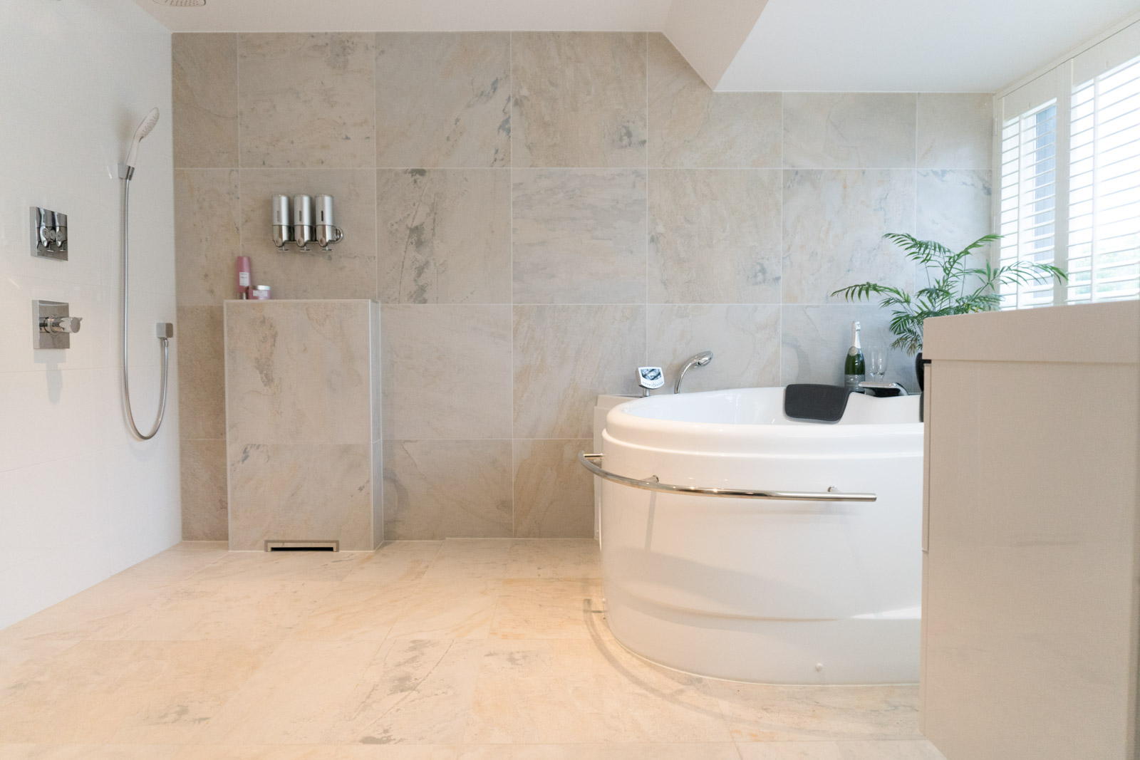Luxe badkamer met bubbelbad – Niewenhuijse Totaalmontage